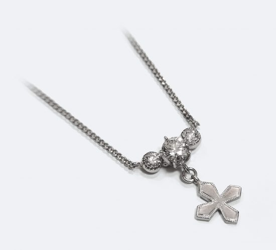 クロスとダイヤモンドのネックレス