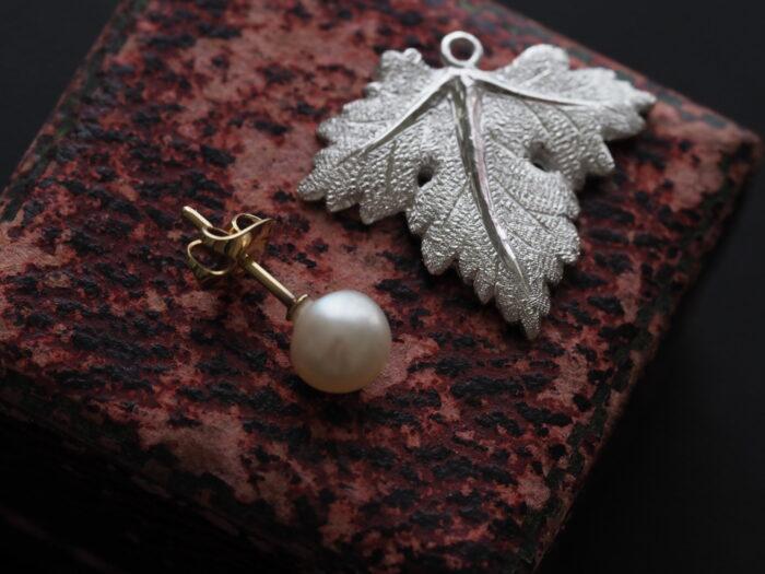 フィレンツェ彫りの真珠ピアス